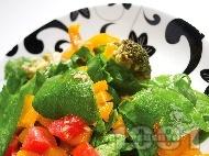 Зелена салата с домати, броколи и чушки